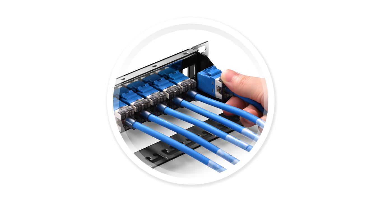 Leere Keystone-Patchpanel  Es fordert keine Werkzeuge, um modulare Einsätze auf dem Patchpanel zu installieren